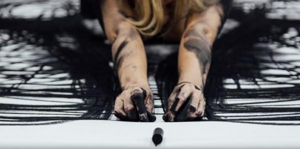 Heather Hansen tanzt auf der Leinwand - unglaublich schoen